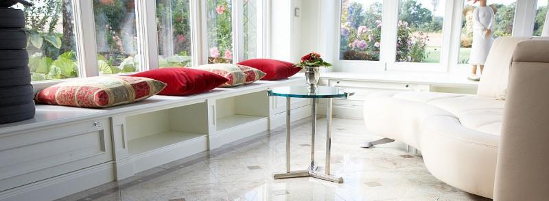 Naturstein im Wohnzimmer: zeitloses Design | Naturstein Risse